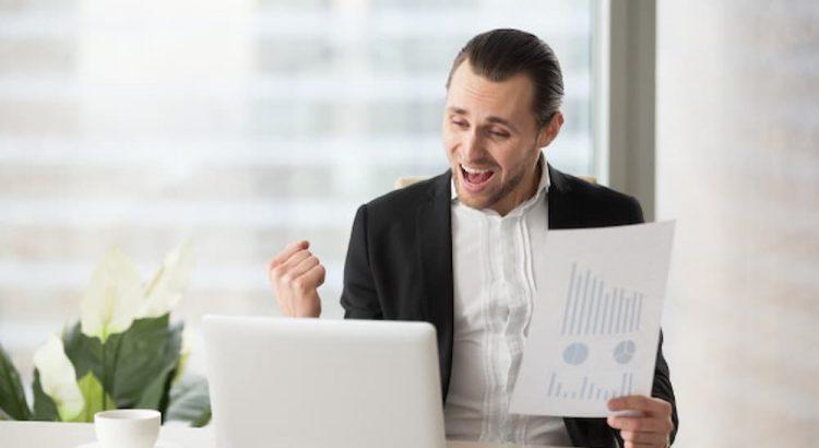Homem feliz com resultado de seu investimento